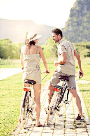 自転車を持っているカップルは、自然の中に乗る