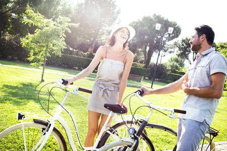 カップルの楽しい自転車でイタリアの湖への休日