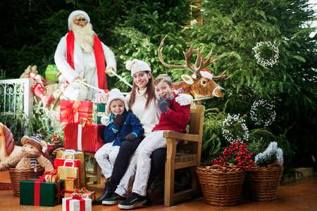 ここに来るサンタ クロース、家族の驚き 写真素材 - 32627255