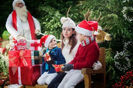 ここに来るサンタ クロース、家族の驚き 写真素材 - 32689203