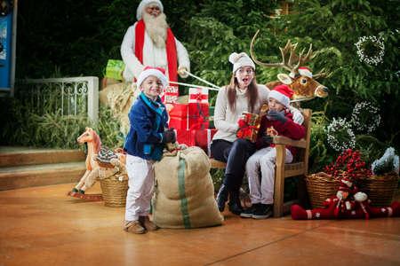 クリスマス パーティー、幸せな子供とお母さんの表示ギフト 写真素材