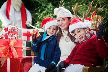 クリスマス パーティー、幸せな子供とお母さんの表示ギフト 写真素材 - 32627257