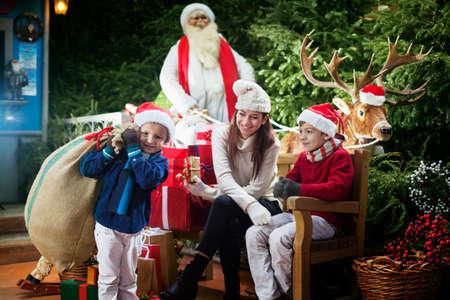サンタ クロースの贈り物の袋を運ぶの小さなヘルパー