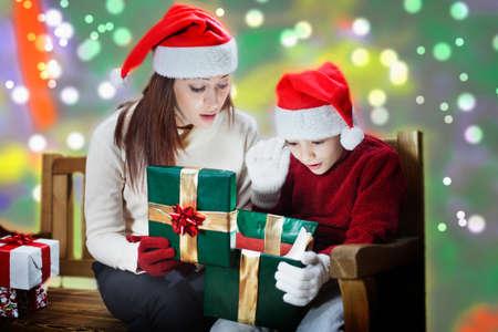 ママと息子開くクリスマス驚き