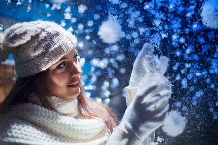 美しい少女はクリスマス ツリーを飾る