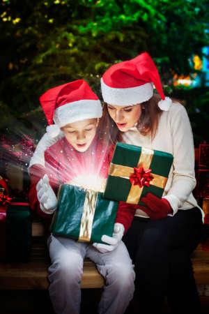 光線と星と幻想的なクリスマスのギフト ボックス 写真素材