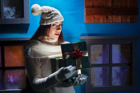 驚く女の子のクリスマス プレゼント 写真素材 - 33313846