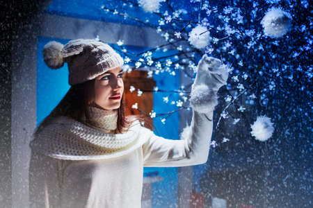 女の子がクリスマス ツリーに飾りを置く 写真素材 - 33313941