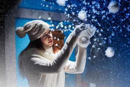 美しい女性飾るクリスマス ツリー