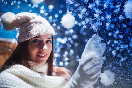 かわいい女の子がボールでクリスマス ツリーを飾る