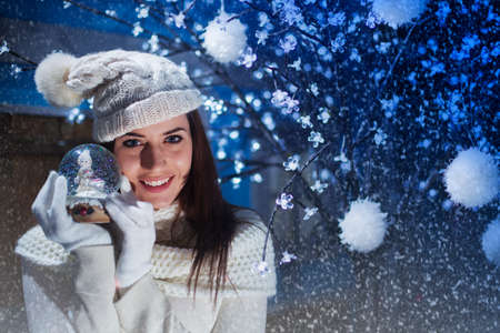 belle femme sourit et montre sa Boule-de-neige