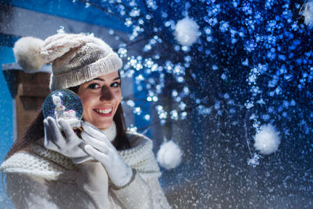 少女は、彼女の贈り物の雪だるまを示しています。