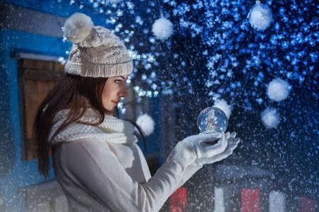 belle jeune fille tenant un Boule-de-neige