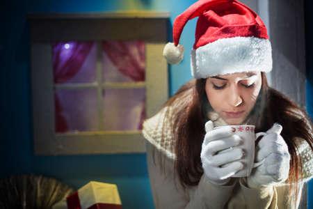 クリスマスの夜の女の子の彼女の愛を待っています。 写真素材 - 33313896