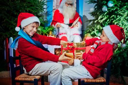 クリスマス プレゼントを争う兄弟