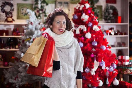 クリスマス ストアのレジ袋を持つ女性
