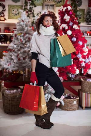 クリスマス ストアのレジ袋と美しい女性