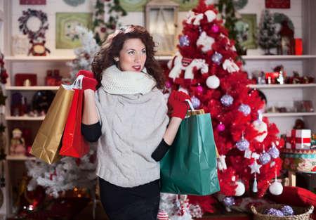 幸せな少女とクリスマスの購入を考えています。