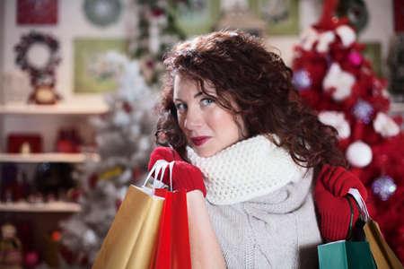美しい少女の贈り物の袋を運ぶ 写真素材 - 33662078