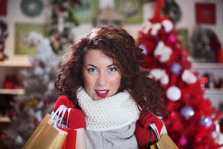 彼女の買い物袋の美しい女性、探してカメラで満足しています。 写真素材 - 33662080