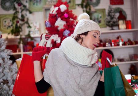 恋する女の子のクリスマス プレゼントを購入します。 写真素材 - 33662089