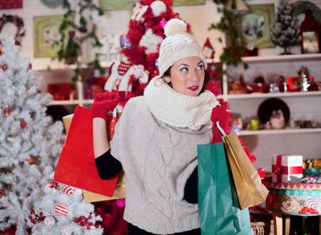 店で美しい女性が彼女のショッピング袋を保持します。 写真素材 - 33662090