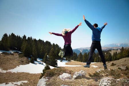 幸せのハイカーが山の上にジャンプ 写真素材 - 40372895