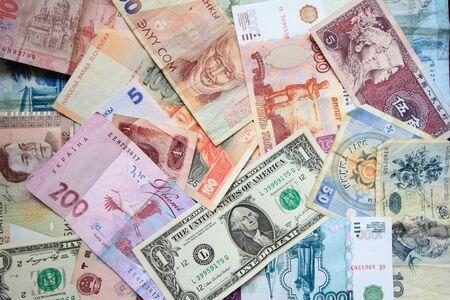 muchos billetes de diferentes países, el fondo de los billetes de banco, monedas de diferentes países Foto de archivo