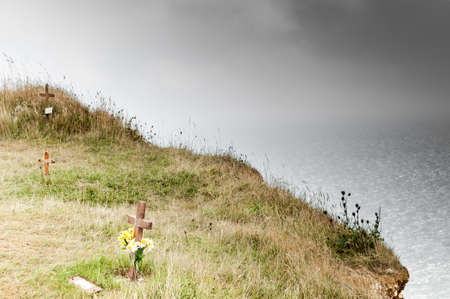 Leben und Tod Christliche Kreuze, um Selbstmorde bei Beachy Head, einem berühmten Selbstmord Standort auf dem South Downs Way, in der Nähe von Eastbourne, East Sussex, England, UK erinnern Standard-Bild - 24242730