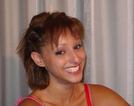 ojos marrones: Joven riendo. Headshot retrato. Cabello casta�o y ojos marrones Foto de archivo