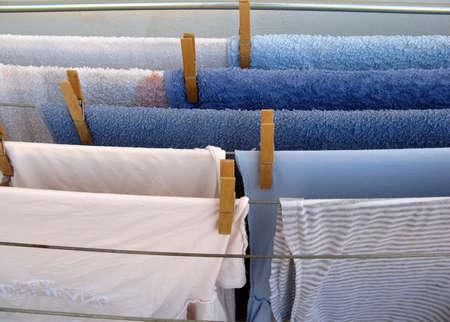 wet clothes: Wet pasar el tiempo con la ropa al sol para secar  Foto de archivo
