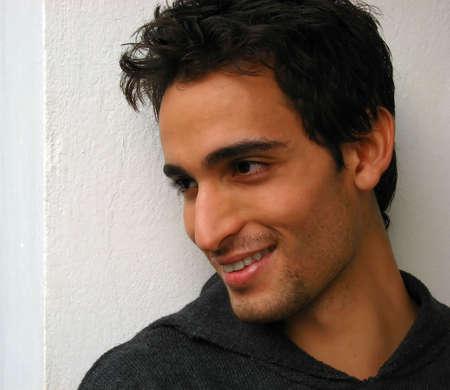 visage profil: Un jeune homme cherche pas isol� sur un fond blanc