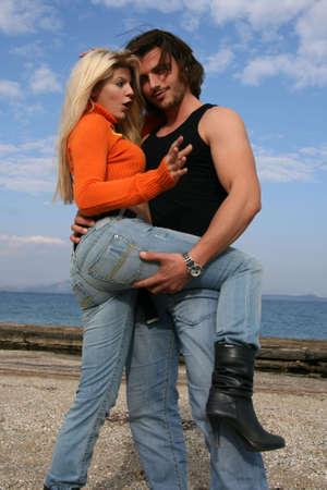 hanging around: Una joven pareja que cuelgan en torno a la playa  Foto de archivo