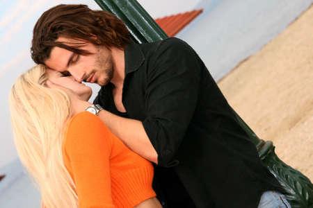 bacio sexy: Una giovane coppia in amore baciare all'aperto