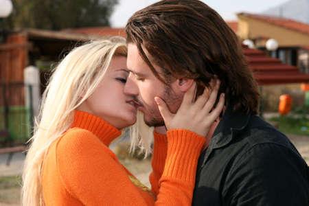 novios besandose: Un par joven en el amor que se besa al aire libre