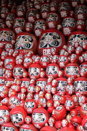 だるまや日本の幸運の人形を赤塗装