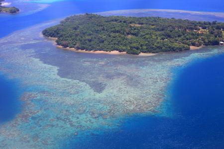 ソロモン、ガダルカナル島の美しいサンゴ礁の海岸線
