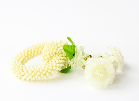 slingers: Jasmine krans op een witte achtergrond (ambachtelijke plastic, niet natuurlijk) Stockfoto