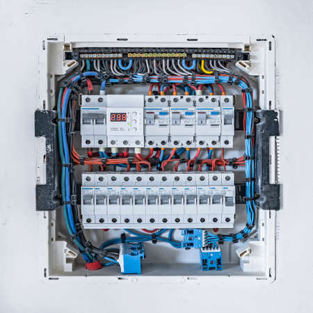 Elektrischer Schaltschrank an der weißen Wand im Haus Standard-Bild