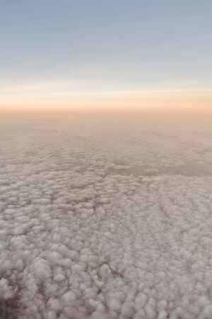Horizon sky as the sun is setting or rising above the clouds 免版税图像