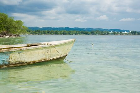 Tropical horizon with boat in the water 免版税图像