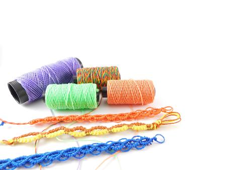 さまざまな色や手で作られたブレスレットの糸。