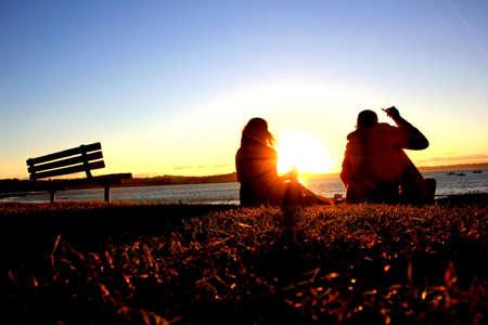 mujer mirando el horizonte: pareja est� disfrutando de la puesta de sol Foto de archivo