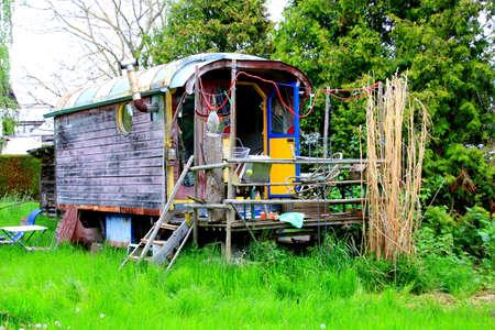 집시 마차 또는 뒤뜰에 주차 된 작은 집