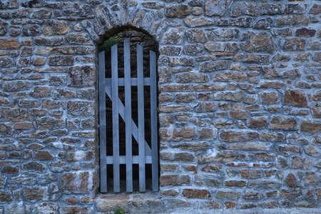 Wooden gate in a brick wall Zdjęcie Seryjne