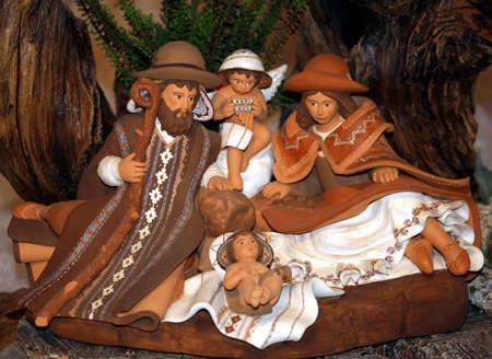 pesebre: Natividad con la Sagrada familia en un pesebre en Navidad  Foto de archivo