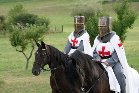 medieval dress: caballeros cruzados a caballo en medio de la campi�a italiana  Foto de archivo