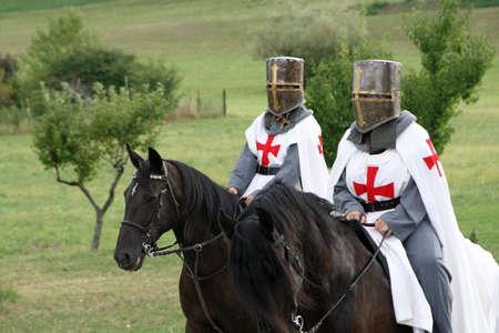 Kreuzfahrender Ritter zu Pferd in der Mitte des italienischen Landschaft