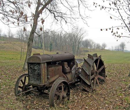 traktor: alte verrostete Traktor auf dem Lande im Herbst aufgegeben