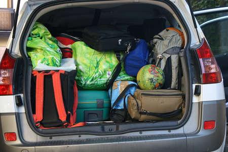 sehr Auto mit dem Kofferraum voller Gep�ck bereit f�r die Abreise der Familie Urlaub Editorial